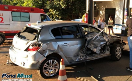 Após batida carro vai parar dentro de Posto de combustíveis no Portão Ocoí em Missal