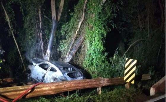 Veículo pega fogo após colidir contra árvore na PR 495 em Missal