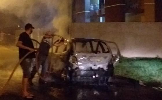 Veículo pega fogo no Loteamento Padre Rick em Missal