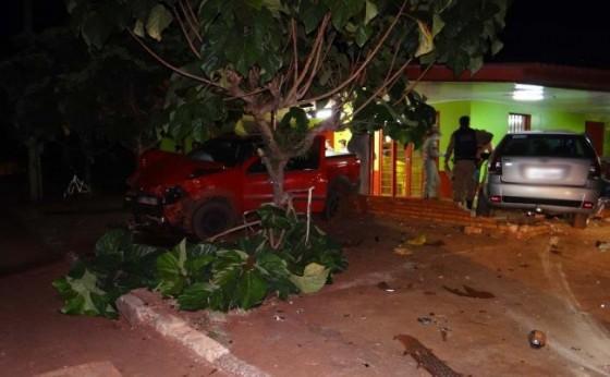 Veículos vão parar dentro de residência após colidirem fortemente no distrito de Sub-Sede