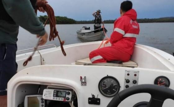 Veja imagens do resgate de pescador que ficou à deriva no lago de Itaipu durante temporal