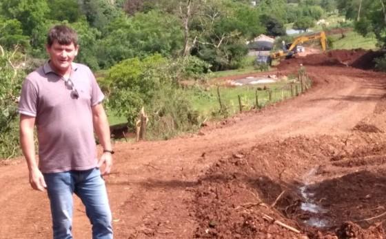 Vice-prefeito Chenho acompanha obras de Readequação de Estrada Rural