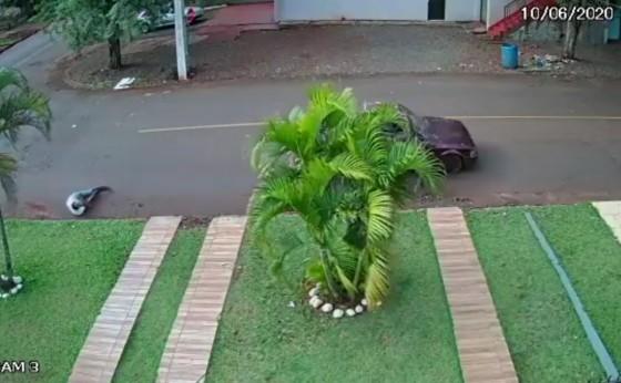 Vídeo mostra homem sendo jogado para fora de veículo em movimento em São Miguel do Iguaçu