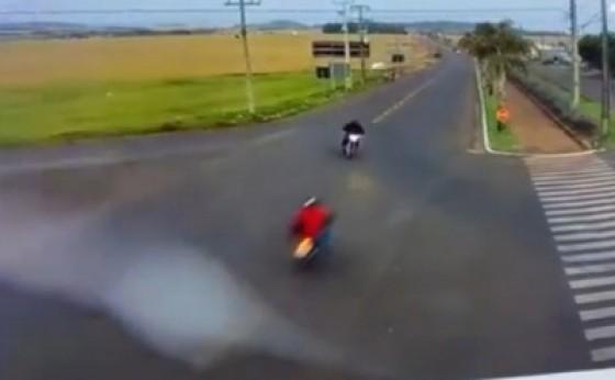 Vídeo mostra momento em que motocicletas colidem frontalmente em Itaipulândia