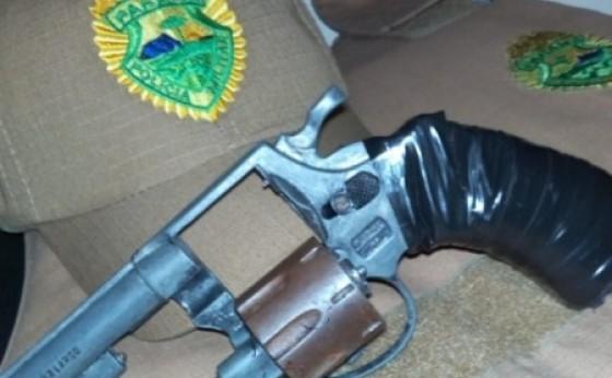 Vítima entra em luta corporal e toma arma de assaltante em Itaipulândia