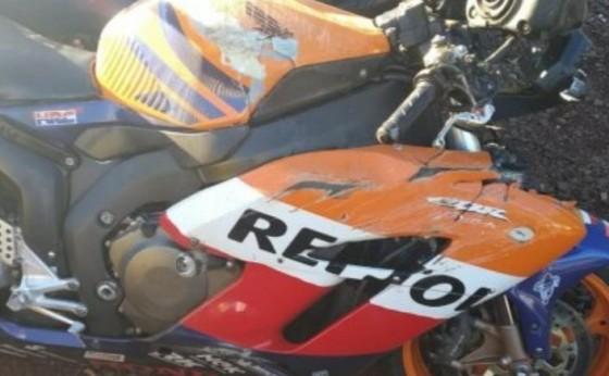 Vítima tem fratura exposta em grave acidente, que envolveu moto e caminhão, na PR 495