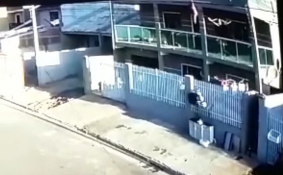 Vizinho salva criança de 2 anos que caiu da sacada do 3º andar de prédio, no Paraná (VÍDEO)